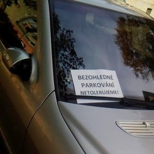Vzkaz - Bezohledné parkování netolerujeme