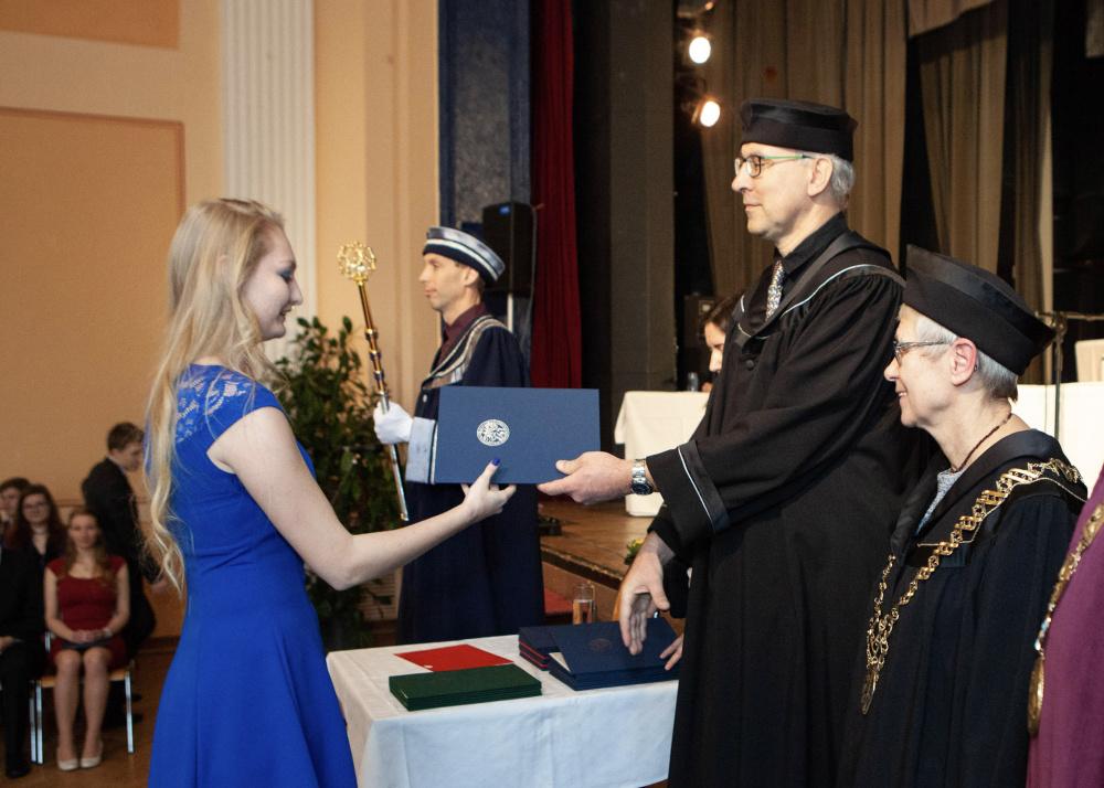 promoce předání diplomu